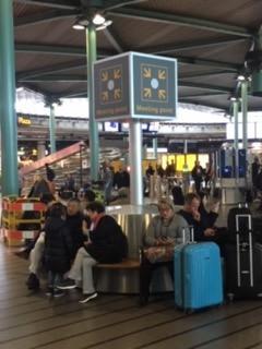 Meeting point. Binnen ophalen door chauffeur Schiphol taxi